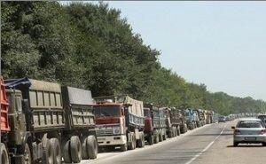 В Новороссийске фуры сутками ждут паром для отправки грузовиков в Крым