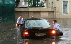 После обильного ливня центральные улицы Краснодара и транспорт