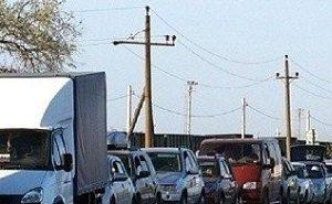 В 7-километровой очереди в Крым на Керченской переправе стоят по 27 часов