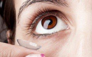 Выразительный взгляд при помощи цветных контактных линз.
