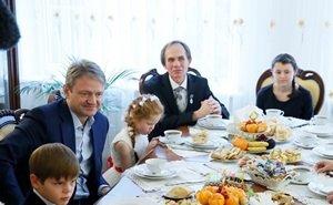 Александр Ткачёв проведал воспитанников Медведовского детского дома