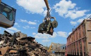 Жители окрестностей Сочи препятствуют свалкам, блокируя въезды самосвалов с мусором