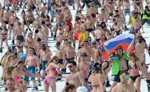 В Сочи установлен новый мировой рекорд по спуску на лыжах в купальниках