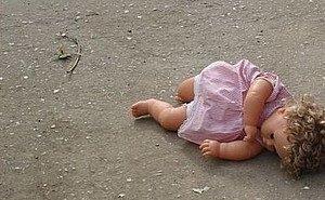 В попавшей в ДТП иномарке была найдена 2-летняя девочка с ножевыми ранениями