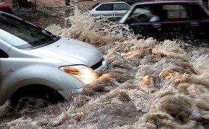 Машины в Новороссийске, вместо бензина, в ливень заправили дождевой водой