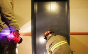 Лифт, в котором застряли дети, должны были заменить по суду ещё 2 года назад