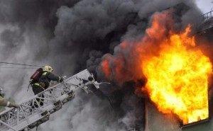 В Краснодаре десятки расчётов и более 100 спасателей не могут потушить пожар в многоэтажках