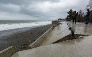 В Сочи штормом смыло пляж