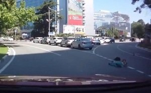 В Сочи из багажника джипа на полном ходу вывалилось двое маленьких детей
