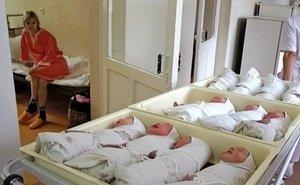 Родственники умершей при родах многодетной женщины пытаются выяснить, где второй ребёнок