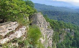Спасатели спустили со скал туристов, которые ночью заблудились в горах Сочи