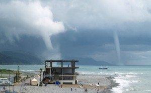 В Сочи туристы не спешат покидать пляж, даже если заметят смерч