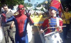 Спайдермен и барабанщицы участвуют в первомайском шествии в Краснодаре