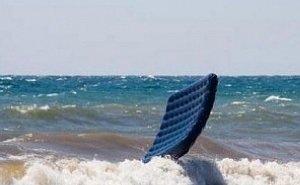 Унесённые ветром: туристы сутки дрейфовали на матрасе в открытом море
