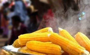 Иностранцы в Сочи едят горячую кукурузу