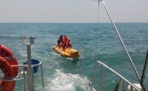 Бойцы Росгвардии спасли отдыхающих, которых унесло на «банане» в открытое море