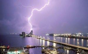 Мужчину, плававшего в море в Туапсе, убила молния