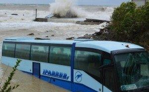 В Новороссийске штормом унесло в море пассажирский автобус