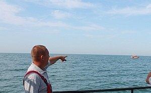 В Сочи унесло в море катамаран с туристами