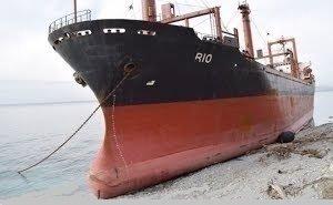 В сторону севшего на мель корабля на Кубани образовались пробки