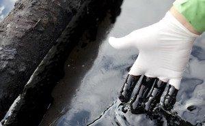 Новороссийцы опасаются, что вылившийся в ливнёвку мазут может попасть в море
