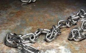 Против мужчины, посадившего на цепь своего маленького сына, возбудили уголовное дело