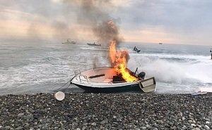На пляже в Сочи сгорел катер