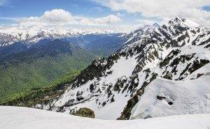 В Сочи спасатели 20 часов спускали с гор застрявших туристов