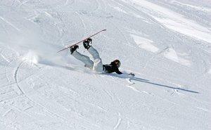 «По приколу»: в Сочи лыжник травмировал сноубордиста, сбив его с ног