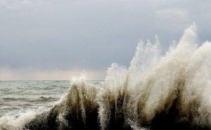 Поиски подростков, которых унесло в море, обещают продолжить ночью