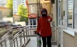 «У нас — масочный режим!»: в Анапе женщина с детьми не могла попасть домой
