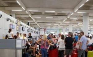 Туристы без масок и перчаток устроили столпотворение в аэропорту Сочи