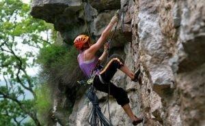 Со скалы в Сочи сорвалась альпинистка
