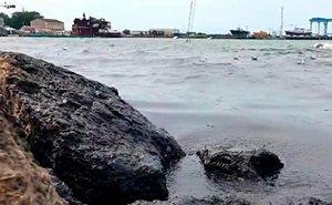 В Анапе внезапно почернела морская вода