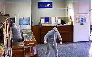 На Кубани под гимн России неизвестные в ковидных костюмах ограбили ломбард