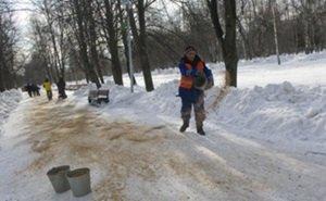 На посыпку тротуаров в Краснодаре песок берут из детских песочниц