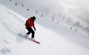 В Сочи спасли лыжника, упавшего в ручей с 8 метров