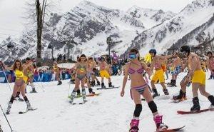 В Сочи проводили горнолыжный сезон традиционным спуском в купальниках