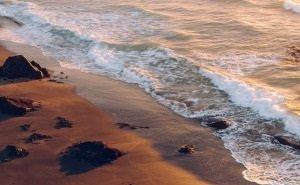 В Анапе купаются в море, несмотря на неприятный запах и цвет