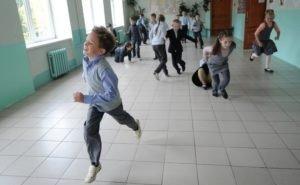 «Первый раз в первый... коридор»: в Краснодаре ученикам начальной школы нет места