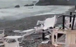 В Сочи смерч вышел на побережье