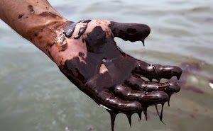 Участники заплыва в Чёрном море наглотались нефти